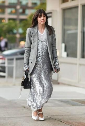 Comment porter: blazer en laine gris, robe longue pailletée argentée, t-shirt à col rond en tulle blanc, escarpins en cuir blancs