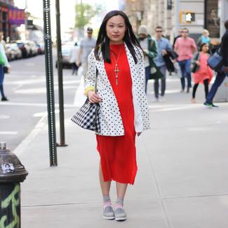 Comment porter: blazer á pois blanc et noir, robe midi rouge, baskets à enfiler grises, sac fourre-tout en cuir géométrique noir et blanc