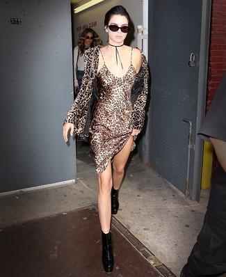 Comment porter: blazer en velours imprimé léopard marron, robe nuisette en soie imprimée léopard marron clair, bottines en cuir épaisses noires, sac bandoulière en cuir noir
