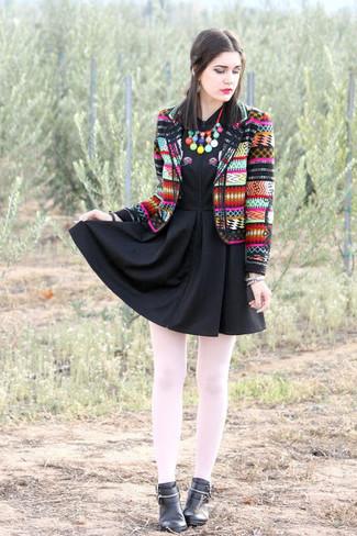 Comment porter: blazer imprimé multicolore, robe patineuse noire, bottines en cuir noires, bracelet argenté
