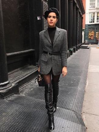 Comment porter une robe-pull noire: Marie une robe-pull noire avec un blazer en laine gris foncé pour créer un style chic et glamour. Une paire de des cuissardes en cuir noires est une option parfait pour complèter cette tenue.