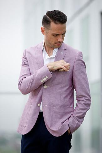 Comment porter: blazer rose, chemise à manches longues blanche, pantalon chino bleu marine, pochette de costume beige