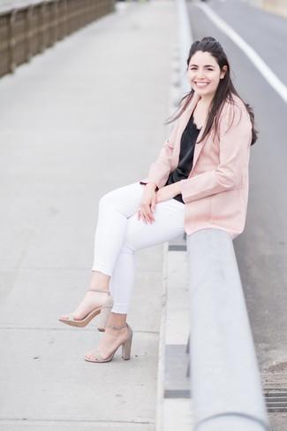 Comment porter: blazer rose, débardeur en soie noir, jean skinny blanc, sandales à talons en daim beiges