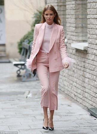 Comment porter: blazer rose, pull à col roulé rose, jupe-culotte rose, escarpins en cuir noirs