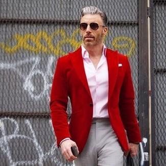 Comment porter un blazer rouge: Harmonise un blazer rouge avec un pantalon de costume gris pour une silhouette classique et raffinée.