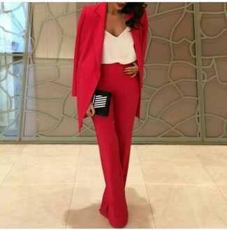 Comment porter: blazer rouge, débardeur en soie blanc, pantalon large rouge, pochette à rayures verticales noire et blanche