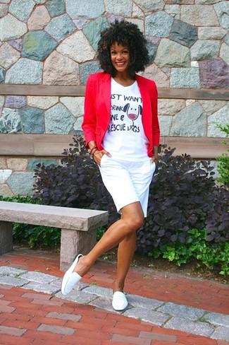 Comment porter: blazer rouge, t-shirt à col en v imprimé blanc, short blanc, slippers en cuir blancs