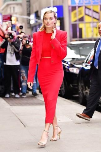 Comment porter: blazer rouge, top court rouge, jupe mi-longue rouge, sandales à talons en cuir dorées