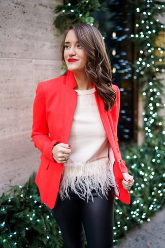 Comment porter: blazer rouge, top sans manches à franges beige, pantalon slim en cuir noir