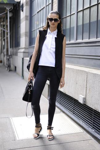 Comment porter: blazer sans manches noir, chemise boutonnée sans manches blanche, jean skinny gris foncé, sandales plates en cuir noires