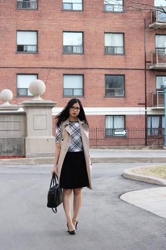 Comment porter: blazer sans manches marron clair, chemisier à manches courtes écossais blanc et noir, jupe patineuse noire, escarpins en cuir noirs