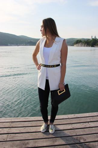 Comment porter: blazer sans manches blanc, débardeur blanc, jean noir, baskets à enfiler en cuir dorées