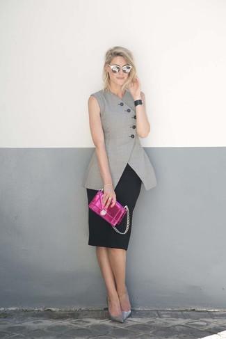 Comment porter: blazer sans manches gris, jupe crayon noire, escarpins en cuir argentés, pochette en cuir fuchsia