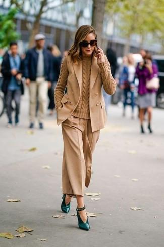 Comment porter: blazer sans manches marron clair, pull torsadé marron clair, jupe-culotte marron clair, escarpins en cuir vert foncé