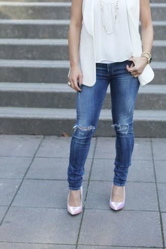 Comment porter: blazer sans manches blanc, top sans manches blanc, jean skinny déchiré bleu, escarpins en cuir roses