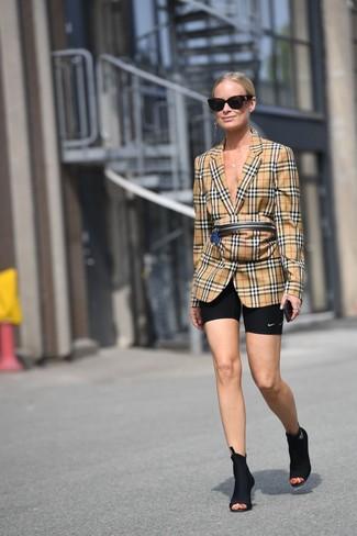 Comment porter: blazer écossais marron clair, short cycliste noir, bottines élastiques noires, sac banane écossais marron clair
