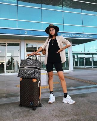 Comment porter: blazer beige, short cycliste noir, chaussures de sport blanches, sac fourre-tout en toile écossais marron clair