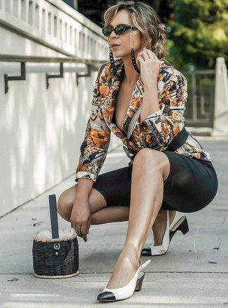Comment porter: blazer imprimé multicolore, short cycliste noir, escarpins en cuir blancs et noirs, sac bourse de paille noir
