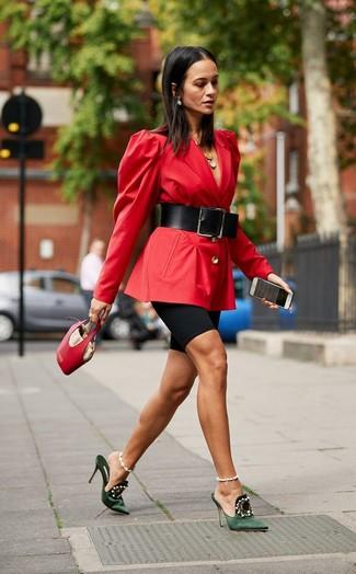 Comment porter: blazer rouge, short cycliste noir, mules en satin ornées vert foncé, sac à main en cuir rouge
