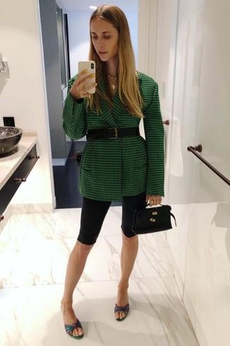 Comment porter: blazer à carreaux vert, short cycliste noir, mules en cuir multicolores, sac à main en cuir noir