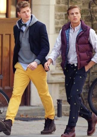 Comment porter: blazer bleu marine, sweat à capuche gris, chemise à manches longues à rayures verticales blanc et bleu, pantalon chino jaune