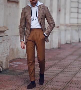 Comment porter des chaussures habillées: Associe un blazer en pied-de-poule marron avec un pantalon de costume tabac pour un look classique et élégant. Choisis une paire de chaussures habillées pour afficher ton expertise vestimentaire.