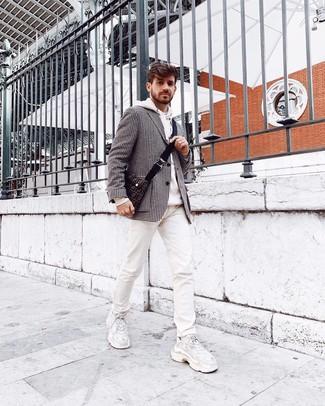 Comment porter: blazer en pied-de-poule noir et blanc, sweat à capuche blanc, jean imprimé blanc, chaussures de sport blanches