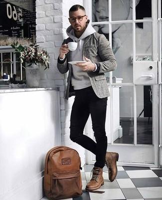 Comment porter: blazer en laine écossais gris, sweat à capuche gris, jean skinny déchiré noir, bottes de loisirs en cuir marron