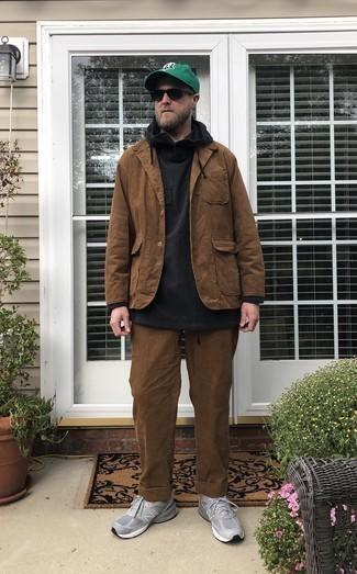 Comment porter un sweat à capuche noir: Essaie d'harmoniser un sweat à capuche noir avec un pantalon chino en velours côtelé marron pour un déjeuner le dimanche entre amis. Si tu veux éviter un look trop formel, fais d'une paire de des chaussures de sport grises ton choix de souliers.