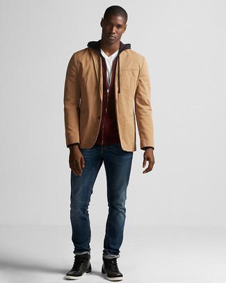 Comment porter: blazer en coton marron clair, sweat à capuche bordeaux, t-shirt à col en v blanc, jean bleu marine