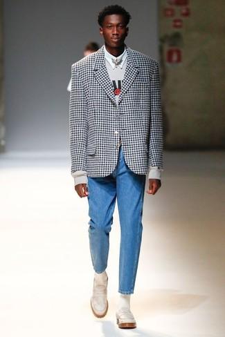 Comment porter: blazer en vichy noir et blanc, sweat-shirt imprimé gris, chemise de ville blanche, jean bleu