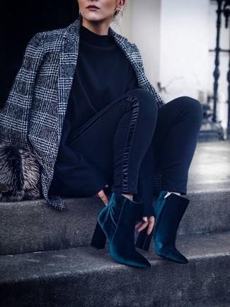 Comment porter un chapeau de fourrure: Choisis un blazer en laine écossais gris et un chapeau de fourrure pour un look confortable et décontracté. Une paire de des bottines en velours bleu canard s'intégrera de manière fluide à une grande variété de tenues.