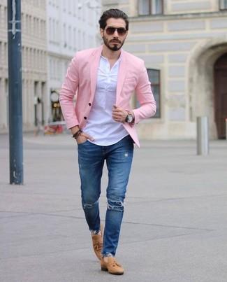 Comment porter: blazer rose, t-shirt à col boutonné blanc, jean skinny déchiré bleu, mocassins à pampilles en daim marron clair