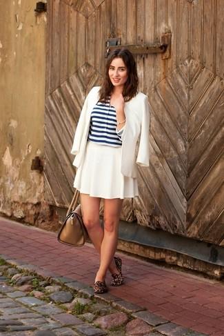 Comment porter: blazer blanc, t-shirt à col boutonné à rayures horizontales blanc et bleu marine, jupe patineuse blanche, slippers en daim imprimés léopard marron
