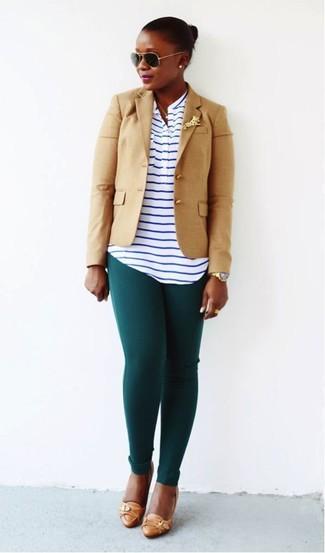 Comment porter: blazer marron clair, t-shirt à col boutonné à rayures horizontales blanc et bleu marine, leggings vert foncé, escarpins en cuir marron clair
