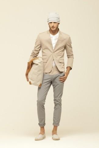 Comment porter: blazer marron clair, t-shirt à col boutonné beige, pantalon chino gris, espadrilles en toile beiges
