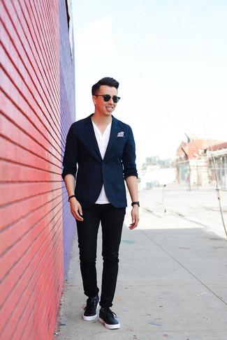 Comment porter: blazer bleu marine, t-shirt à col boutonné blanc, pantalon chino noir, baskets basses en cuir bleu marine