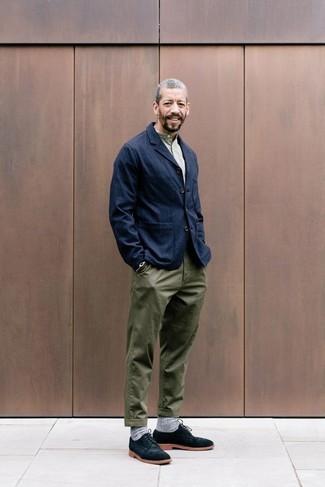 Comment porter un blazer en denim bleu marine: Harmonise un blazer en denim bleu marine avec un pantalon chino olive pour aller au bureau. Une paire de des chaussures derby en daim noires rendra élégant même le plus décontracté des looks.
