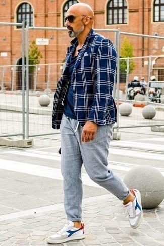 Comment porter un blazer écossais bleu marine et blanc: Pense à porter un blazer écossais bleu marine et blanc et un pantalon chino en lin gris pour prendre un verre après le travail. D'une humeur audacieuse? Complète ta tenue avec une paire de des baskets basses en cuir blanc et bleu.