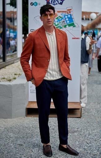 Tendances mode hommes: Marie un blazer orange avec un pantalon chino bleu marine pour prendre un verre après le travail. Fais d'une paire de des slippers en cuir tressés marron foncé ton choix de souliers pour afficher ton expertise vestimentaire.