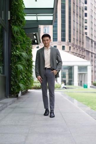 Comment porter des chaussettes noires: Essaie d'harmoniser un blazer gris avec des chaussettes noires pour une tenue relax mais stylée. D'une humeur créatrice? Assortis ta tenue avec une paire de des chaussures derby en cuir noires.