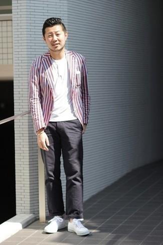 Tenue: Blazer à rayures verticales multicolore, T-shirt à col boutonné blanc, Pantalon chino noir, Baskets basses en toile blanches