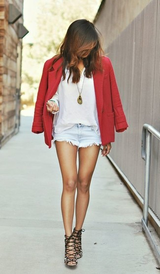 Comment porter: blazer en laine rouge, t-shirt à col boutonné blanc, short en denim bleu clair, sandales à talons en daim imprimées léopard marron
