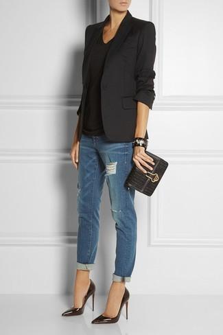 Comment porter: blazer noir, t-shirt à col en v noir, jean boyfriend déchiré bleu marine, escarpins en cuir noirs
