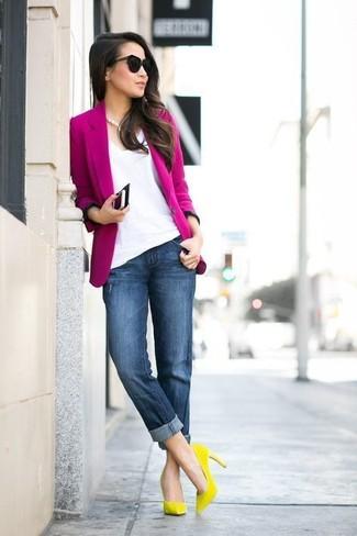 Comment porter: blazer fuchsia, t-shirt à col en v blanc, jean boyfriend bleu marine, escarpins en daim jaunes