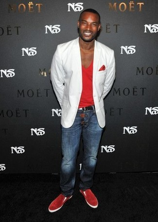 Comment porter: blazer blanc, t-shirt à col en v rouge, jean bleu marine, baskets à enfiler en daim rouges