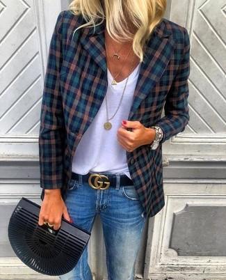 Comment porter: blazer écossais bleu marine, t-shirt à col en v blanc, jean bleu, pochette noire