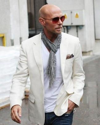 Comment porter: blazer beige, t-shirt à col en v blanc, jean bleu marine, pochette de costume en soie imprimée cachemire marron