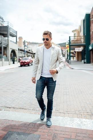 Comment porter un t-shirt à col en v blanc: Pour créer une tenue idéale pour un déjeuner entre amis le week-end, pense à opter pour un t-shirt à col en v blanc et un jean bleu marine. Une paire de des chaussures derby en toile bleues est une façon simple d'améliorer ton look.