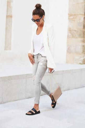 Comment porter: blazer blanc, t-shirt à col en v blanc, jean skinny déchiré gris, sandales plates en cuir noires